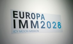 diana-wehmeier-_-europa-imm2028-icy-moon-mission_installation-sticker-detail-2016-_photo-baldaufandbaldauf